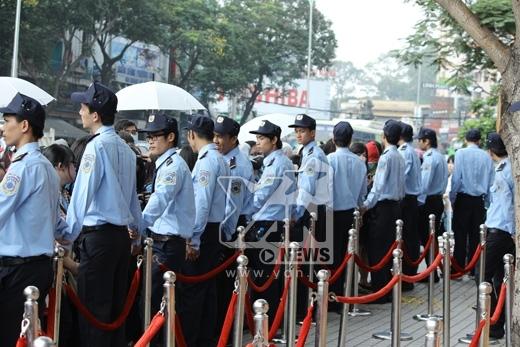 Báo Hàn ngỡ ngàng khi 100 nhân viên bảo vệ Lee Kwang Soo tại Việt Nam
