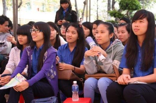 Các học sinh nghe tư vấn sáng 25-1 tại Phan Thiết - Ảnh: Trần Huỳnh