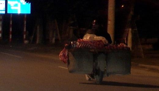Xe gắn máy chờ sẵn để chuyển thịt về Đà Nẵng