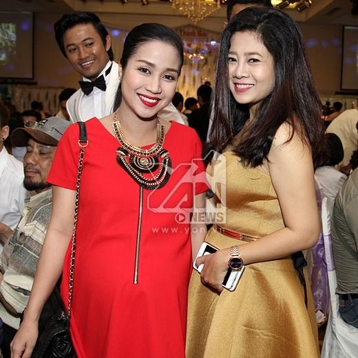 Dù đã đến những tháng cuối của thai kỳ nhưng bà bầu Ốc Thanh Vân cùng với cô bạnMai Phương vẫn đến chúc mừng đôi bạn trẻ. - Tin sao Viet - Tin tuc sao Viet - Scandal sao Viet - Tin tuc cua Sao - Tin cua Sao
