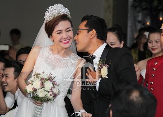 Cả hai tiến vào lễ đường bằng những nụ hôn nồng cháy của Huỳnh Đông dành cho Ái Châu - Tin sao Viet - Tin tuc sao Viet - Scandal sao Viet - Tin tuc cua Sao - Tin cua Sao
