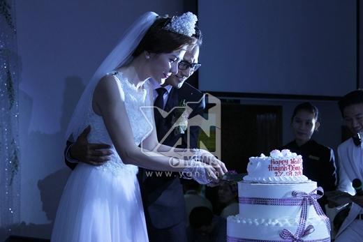 Hai vợ chồng cùng nhau cắt bánh kem... - Tin sao Viet - Tin tuc sao Viet - Scandal sao Viet - Tin tuc cua Sao - Tin cua Sao