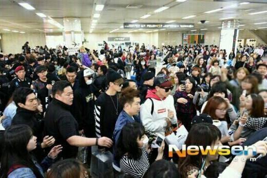Quang cảnh đáng sợ mỗi khi EXO xuất hiện tại sân bay