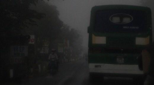 Các tuyến quốc lộ, tỉnh lộ về Kiên Giang, An Giang, Đồng Tháp... tầm nhìn xa còn khoảng 15 - 20 m lúc 7h ngày 27/1 vì sương mù kín đường.