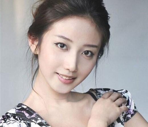 Cô nàng có gương mặt đầy nữ tính, quý phái - Yuan Jia Yi của Đại học Bắc Kinh không 'thoát' khỏi danh sách này. Không những bỗng trở thành tiêu điểm sự chú ý của cư dân mạng Trung Quốc bởi vẻ xinh đẹp bề ngoài mà còn bởi sự thông minh và kết quả học tập tuyệt vời của mình.