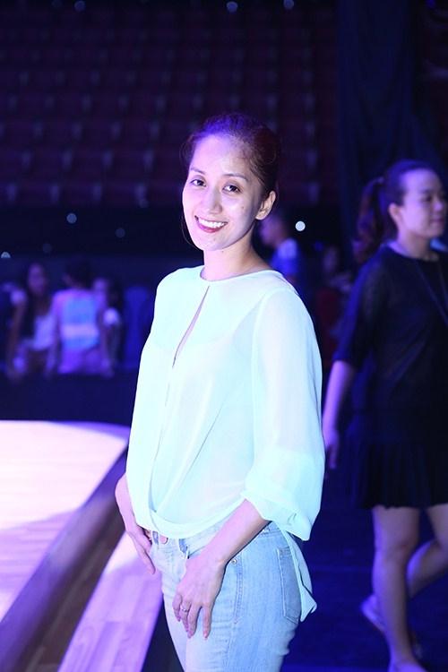 Nữ giám khảo của Bước nhảy hoàn vũ 2015  Khánh Thi trông mệt mỏi với đôi mắt trũng sâu và làn da nhợt nhạt, thiếu sức sống. - Tin sao Viet - Tin tuc sao Viet - Scandal sao Viet - Tin tuc cua Sao - Tin cua Sao