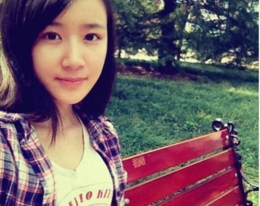 Chai Liu Yi hiện là sinh viên ĐH Chiết Giang, tại Hàng Châu với khuôn mặt khả ái và ngây thơ.