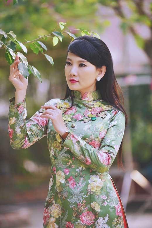 Nét đẹp dịu dàng của người phụ nữ Việt Nam luôn thể hiện rõ nét nhất qua những bộ áo dài. - Tin sao Viet - Tin tuc sao Viet - Scandal sao Viet - Tin tuc cua Sao - Tin cua Sao