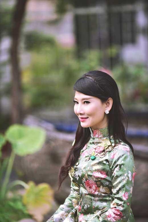 NSƯT Mỹ Uyên mặc áo dài trẻ trung đón Tết - Tin sao Viet - Tin tuc sao Viet - Scandal sao Viet - Tin tuc cua Sao - Tin cua Sao