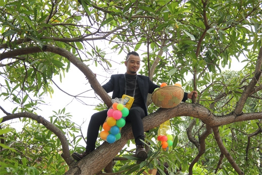 Thầy trèo hẳn cả lên cây để dạy học trò