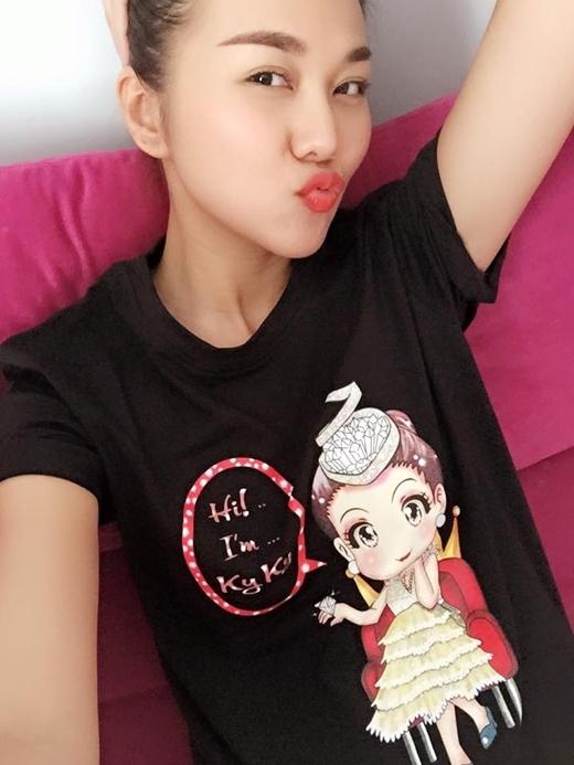Thanh Hằng mặc áo hình nhân vật do cô đóng trong một bộ phim sắp được ra mắt gần đây: Hi I am Kỳ Kỳ. Bạn thích cô nào nè?.