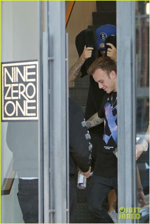 Justin Bieber kì quặc che tóc bằng miếng đệm lót ghế