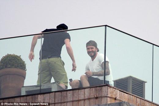 Năm ngoái Beckham đã đến Rio quay một đoạn quảng cáo. Bức ảnh cho thấy ngôi sao đang nghỉ ngơi trên sân thượng một khách sạn Fasano giữa tin đồn mua nhà ở Vidigal.