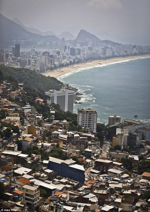 Khung cảnh tuyệt đẹp nhìn ra bãi biển từ những ngôi nhà ổ chuột