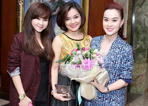 Thanh Ngọc chụp ảnh cùng với 2 thành viên trong nhóm Mắt Ngọc. - Tin sao Viet - Tin tuc sao Viet - Scandal sao Viet - Tin tuc cua Sao - Tin cua Sao