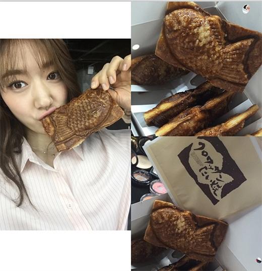 Park Shin Hye thích thú với món kem cá, cô chia sẻ: Bánh này vô cùng ngon. Dù là buổi sáng phải tập thể dục nhưng tối cũng vẫn phải tập nữa. Tôi chỉ có thể ăn nửa cái thôi.