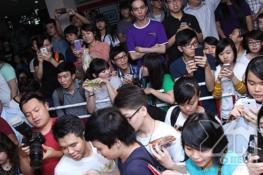 Rất đông các fan đã tập trung và xếp hàng từ khá sớm để chờ thần tượng kí tặng. - Tin sao Viet - Tin tuc sao Viet - Scandal sao Viet - Tin tuc cua Sao - Tin cua Sao