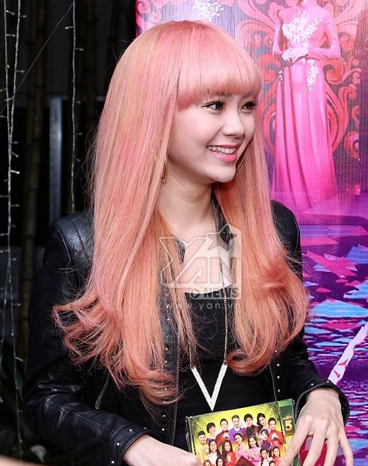 """Minh Hằng đẹp """"lạ"""" với tóc hồng"""