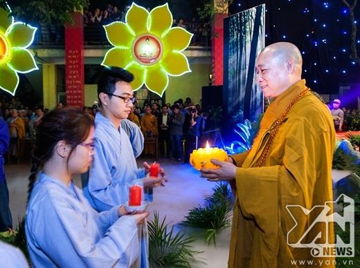 Hòa thượng Thích Bảo Nghiêm truyền đăng cho các thanh niên Phật Tử.