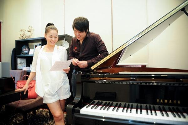 Ca khúc là sáng tác của nhạc sĩThanh Bùi, hiện đang tạo hiệu ứng rất tốt cho khán giả yêu nhạc bởi giai điệu nhẹ nhàng, lời bài hát ý nghĩa - Tin sao Viet - Tin tuc sao Viet - Scandal sao Viet - Tin tuc cua Sao - Tin cua Sao