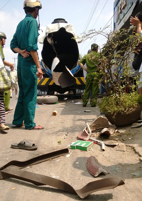 Mảnh vỡ xe bồn văng hàng chục mét