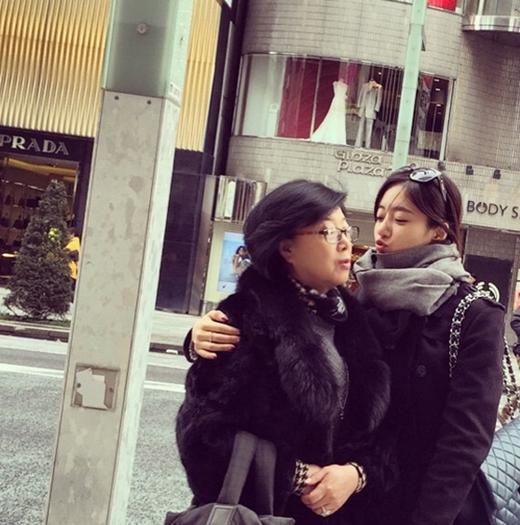 Eunjung khoe hình hạnh phúc bên mẹ khiến fan vô cùng cảm động.