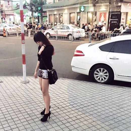 Quần short sequin và giày ankle đã giúp cô nàng nhỏ nhắn này nổi bật hơn cũng như không bị quá nặng nề với bộ trang phục theo tông màu đen.