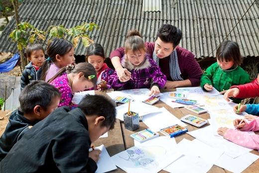 Các bé cũng chỉ nói tiếng dân tộc nên ở nhiều cô giáo miền xuôi tình nguyện lên đây giảng dạy tiếng Việt cho các bé.