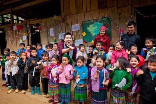 """Nguyên Khang đi phượt tặng quà trẻ em, Đinh Y Nhung """"say thuốc"""" trên trường quay"""