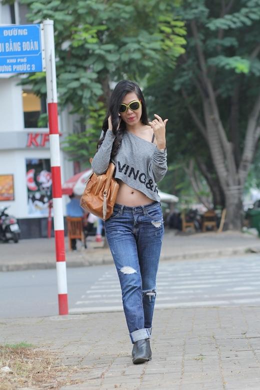 Xuất hiện trên đường phố Sài Gòn những ngày cuối năm, Đinh Y Nhung khoe vẻ năng động nhưng đầy nữ tính.
