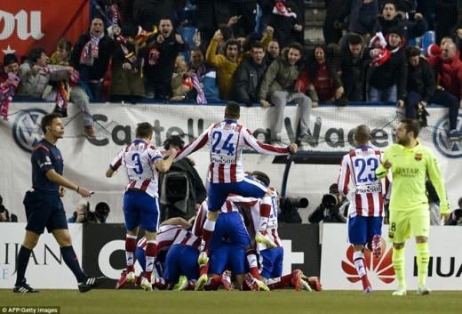 Các cầu thủ Atletico lao đến chia vui cùng cựu tiền đạo Chelsea.