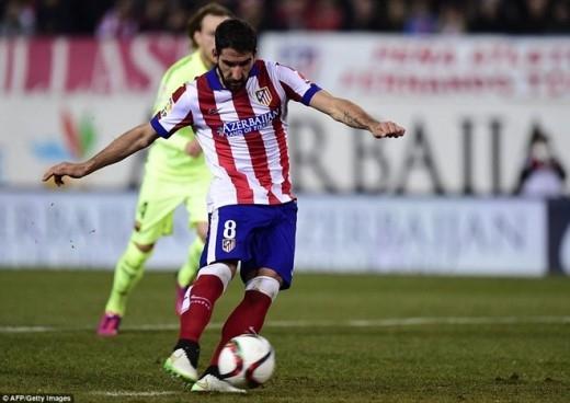 Phút 30, Mascherano phạm lỗi với Juanfran bên ngoài vòng cấm của Barca, tuy nhiên, trọng tài vẫn cho Atletico được hưởng quả penalty. Trên chấm 11 m, Raul Garcia không mấy khó khăn để ghi bàn nâng tỷ số lên 2-1 cho đội nhà.