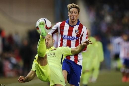 Atletico nỗ lực tràn lên tấn công khi hiệp 2 trở lại, song những pha lên bóng của đội chủ nhà đều bị hàng thủ Barca chặn đứng.