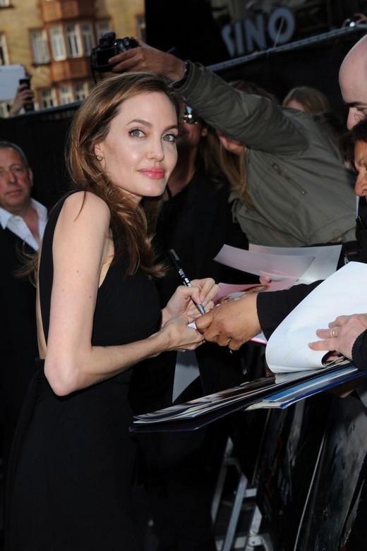 Angelina Jolie thừa thắng xông lên, tiếp tục làm đạo diễn