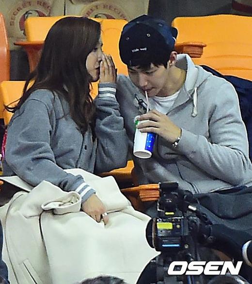Vợ chồng Song Jae Rim và Kim So Eun tình tứ đi xem bóng rổ
