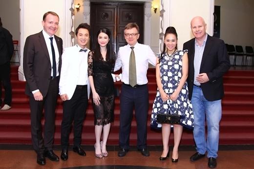 Gia đình Đăng Khôi và Thu Minh chụp ảnh lưu niện cùng khách mời trong chương trình. - Tin sao Viet - Tin tuc sao Viet - Scandal sao Viet - Tin tuc cua Sao - Tin cua Sao