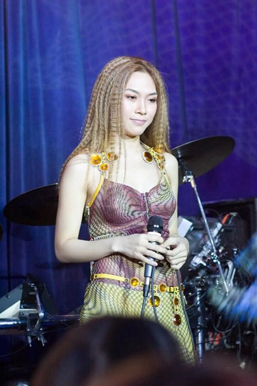 Phong cách tóc mỳ tôm trở thành thương hiệu của Mỹ Tâm năm 2005. - Tin sao Viet - Tin tuc sao Viet - Scandal sao Viet - Tin tuc cua Sao - Tin cua Sao