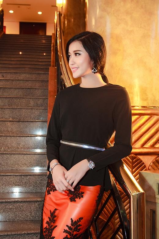 Cô diện bộ trang phục với hai tông màu đỏ đen tôn lên vẻ đẹp kiêu sa, quyến rũ. - Tin sao Viet - Tin tuc sao Viet - Scandal sao Viet - Tin tuc cua Sao - Tin cua Sao