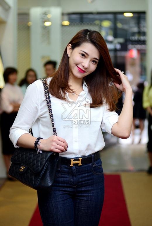 Lee Balan giản dị với áo sơ mi trắng và quần jean. - Tin sao Viet - Tin tuc sao Viet - Scandal sao Viet - Tin tuc cua Sao - Tin cua Sao