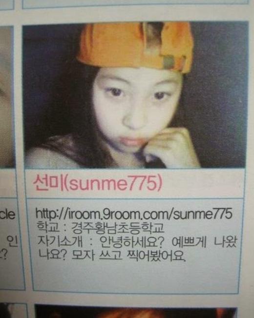 Hình ảnh của Sunmi trên một ứng dụng kết bạn. Cô đã giới thiệu về mình: Xin chào. Tôi có xinh đẹp với tấm hình này không? Tôi đã chụp một tấm với nón của mình.