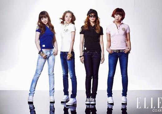 2NE1 với mẫu quảng cáo áo thun và quần jeans đơn giản vào năm 2010