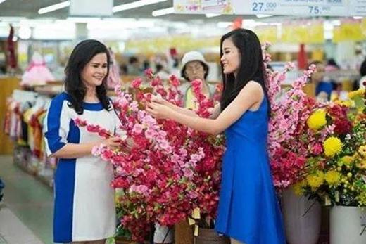 Dù công việc rất bận rộn nhưng Đông Nhi vẫn luôn dành nhiều thời gian cho gia đình. Mới đây, Đông Nhi cùng mẹ đi chọn hoa cho ngày Tết, mẹ Nu nhìn thật trẻ trung và xinh đẹp phải không nào?