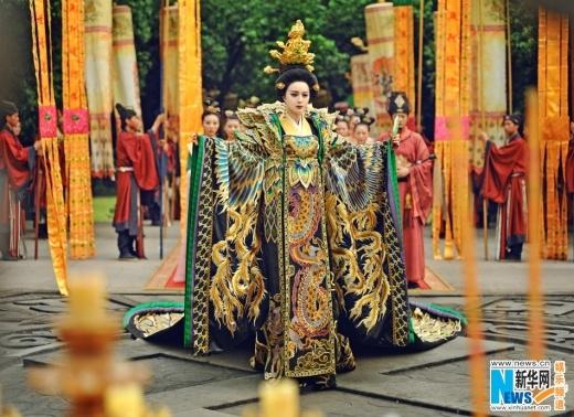 Uy quyền và trang phục cầu kỳ của Võ Hoàng hậu