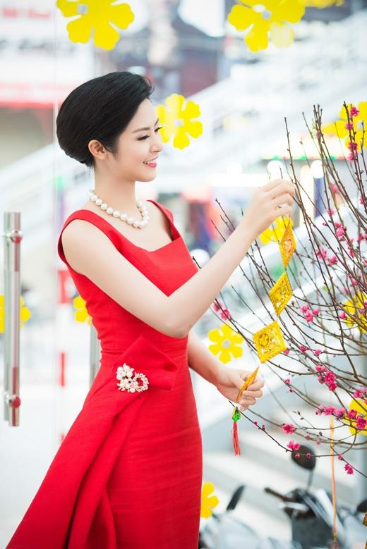 Hoa hậu Ngọc Hân rạng rỡ bên hoa đào - Tin sao Viet - Tin tuc sao Viet - Scandal sao Viet - Tin tuc cua Sao - Tin cua Sao