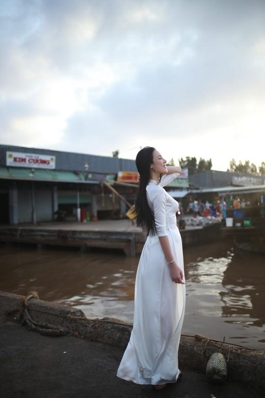Với chiếc áo dài trắng tinh khôi, Lệ Quyên đầy nữ tính, duyên dáng và quyến rũ trong bộ ảnh thực hiện ở quê hương Bạc Liêu.