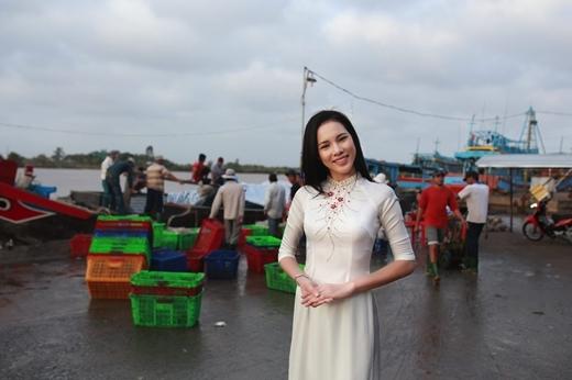 Á khôi Lệ Quyên khoe vẻ đẹp nữ tính với áo dài trắng