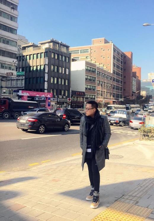 Trung Quân cô đơn nơi đất Hàn, anh hiện đang tham gia lưu diễn tại Hàn Quốc và không ngừng đăng những hình ảnh vui vẻ, cùng bình luận hài hước lên facebook nhân chuyến đi này.