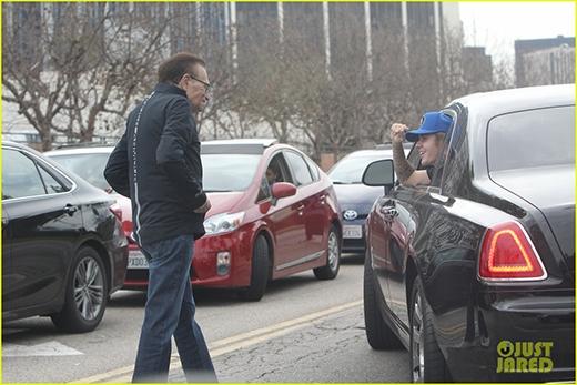 Mải mê đuổi theo Justin Bieber, fan ngã nhào khỏi xe hơi