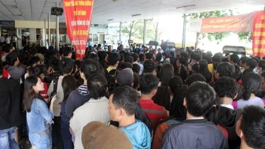 Gần trưa, lượng người đến mua vé đông hơn, hết chỗ ngồi, nhiều người chen lấn, trông ngóng thông tin.