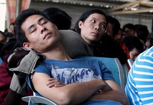 Nhiều người mệt mỏi ngủ tại ghế chờ. Một sinh viên quê Quảng Ngãi cho biết đã nghỉ học để xếp hàng từ 5h nhưng đến nay vẫn chưa đến lượt lấy số thứ tự. Đi xe này giá rẻ với chất lượng hơn nên mình chọn, sinh viên tiết kiệm được chừng nào mừng chừng đó, cậu nói.